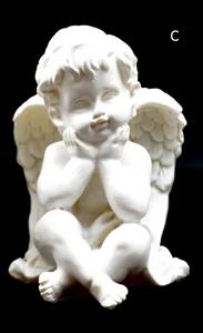 Sedící andělíček ruce opírá o bradu 10x8x7 cm soška anděla bílý polyresin