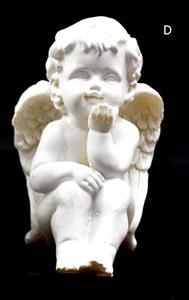Sedící andělíček levou ruku opírá o bradu pravou koleno 10x8x7 cm soška anděla bílý polyresin